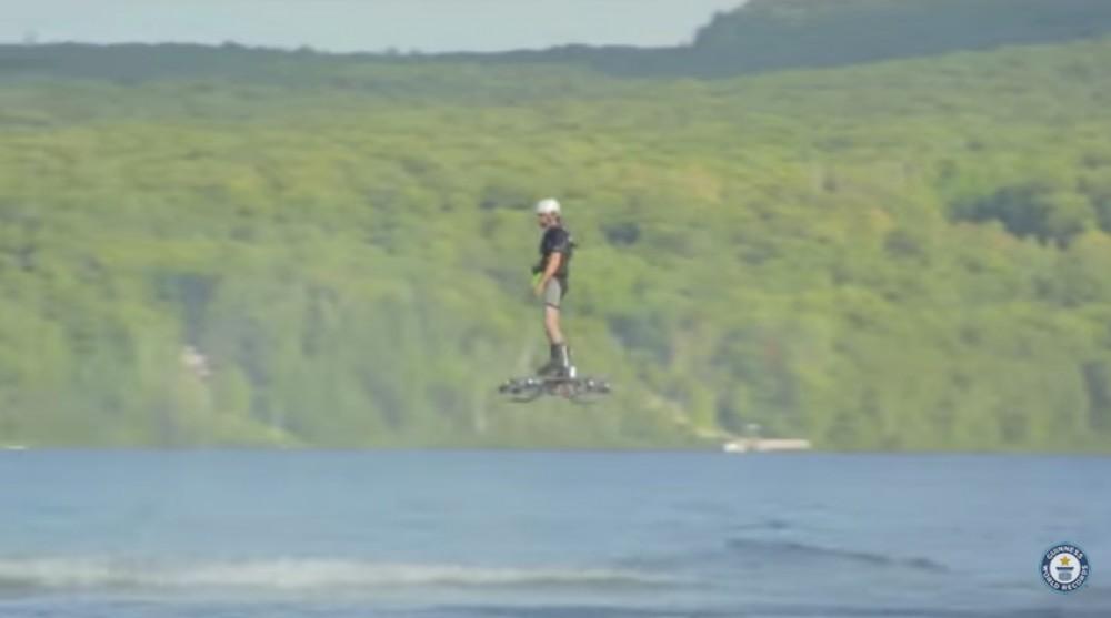 Un homme bat le record du monde de hoverboard en montant sur un drone