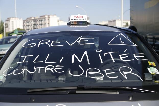 Un taxi en grêve contre UberPop, jugé illégal
