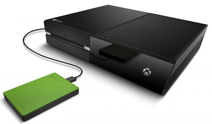 Le nouveau disque dur de Seagate à côté de la Xbox One