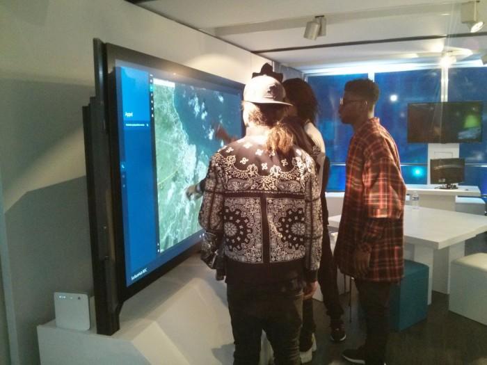 Le duo de danseurs Twins s'essaie à la Surface Hub
