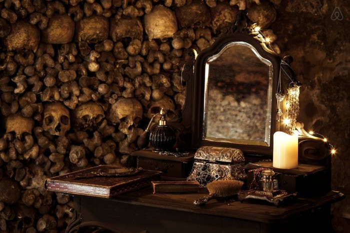Airbnb semble avoir installé une chambre avec un certain confort au milieu des ossements