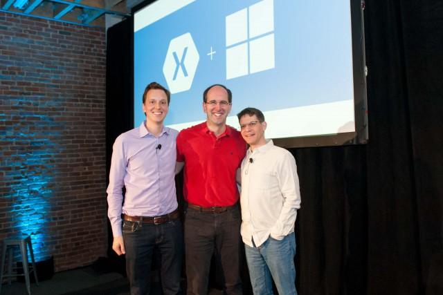 De gauche à droite: Nat Friedman, CEO et co-fondateur de Xamarin; Scott Guthrie, vice-président du Groupe Microsoft Cloud & Entreprise;  Miguel de Icaza, CTO et co-fondateur de Xamarin.
